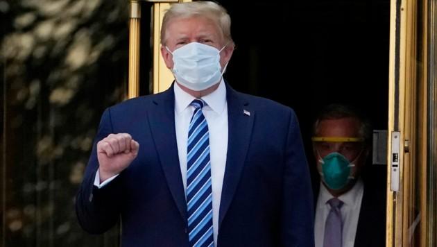 Donald Trump beim Verlassen des Walter-Reed-Krankenhauses (Bild: The Associated Press)