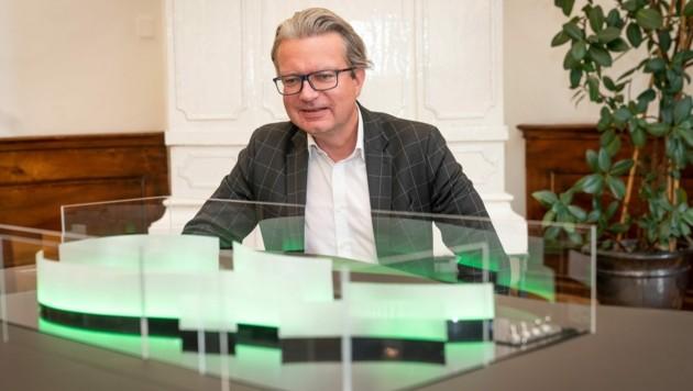 Kulturlandesrat Christopher Drexler mit dem Modell des Pavillons für die Steiermark-Schau (Bild: steiermark.at/Streibl)