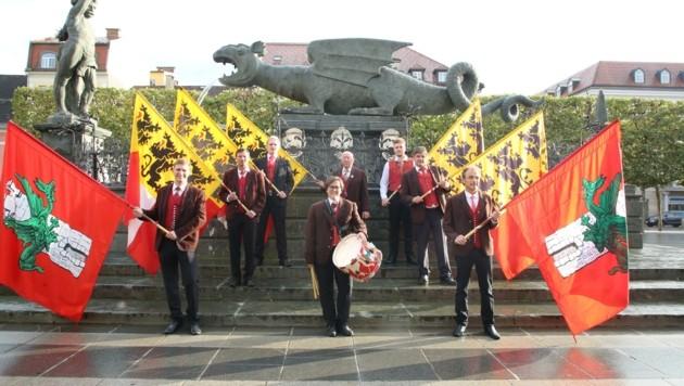 Der Verein der Klagenfurter Fahnenschwinger besteht aktuell aus neun Männern und einer Trommlerin. (Bild: Hronek Eveline)