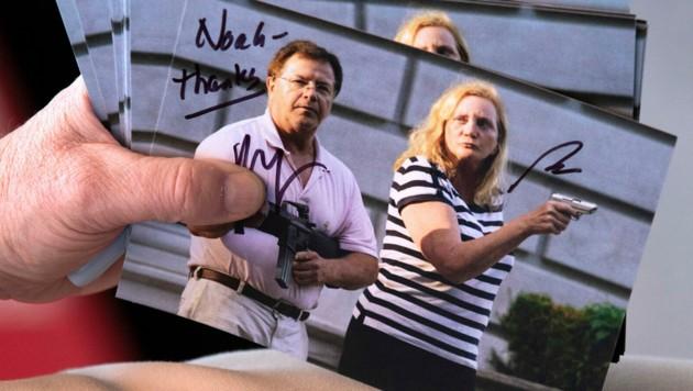 Patricia und Mark McCloskey verteilten sogar Autogrammkarten mit dem Foto, wegen dem sie nun Anzeige erstatteten. (Bild: 2020 Christopher Dolan)