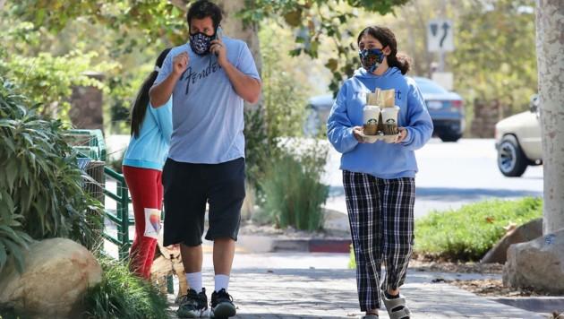 Adam Sandler hat mit seinen Töchtern Kaffee geholt. (Bild: www.PPS.at)