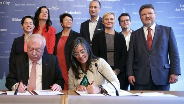 Wiens Regierung 2015: (v.l.) Sonja Wehsely (SPÖ), Bürgermeister Michael Häupl (SPÖ), Ulli Sima (SPÖ), Renate Brauner (SPÖ), Vizebürgermeisterin Maria Vassilakou (Grüne), Andreas Mailath-Pokorny (SPÖ), Sandra Frauenberger (SPÖ), Jürgen Czernohorszky (SPÖ) und Michael Ludwig (SPÖ) (Bild: APA/Georg Hochmuth)