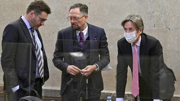 Hauptangeklagter Karl-Heinz Grasser mit seinem Anwalt Norbert Wess (Mitte) und dem Verteidiger von Walter Meischberger, Jörg Zarbl (Bild: APA/HANS PUNZ)