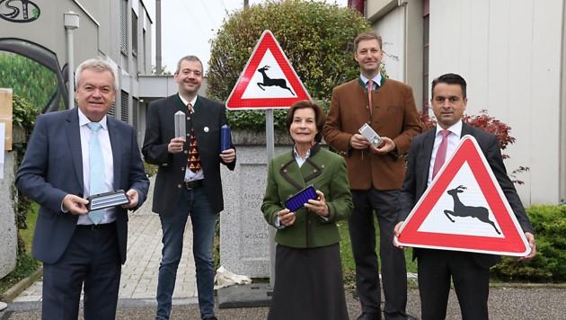 Von links: Anton Lang, Wolfgang Steiner (Boku Wien), Tierschutzombudsfrau Barbara Fiala-Köck, Landesjägermeister Franz Mayr-Melnhof und Franz Zenz (Straßenerhaltung). (Bild: Christian Jauschowetz)