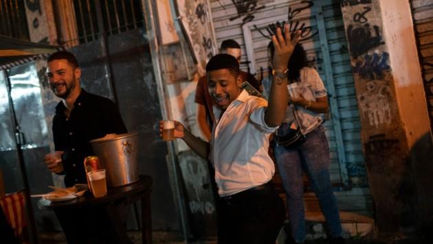Auf den Straßen von Rio de Janeiro wird wieder getanzt. (Bild: AP)