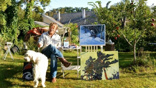 Flattinger mit Hund Bruno und einigen seiner Bilder im Garten. (Bild: Andreas Fischer)
