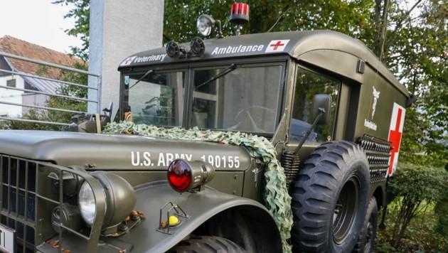 Ein in ein Rettungsauto verwandelter Oldtimer-Jeep am Vereinssitz (Bild: Tschepp Markus)