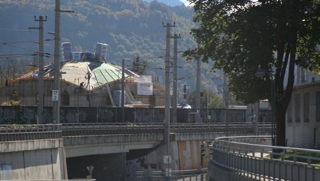 Vom Rudolfsbahngürtel in Klagenfurt aus kann man schon von weitem den Moschee-Rohbau sehen. (Bild: Hronek Eveline)