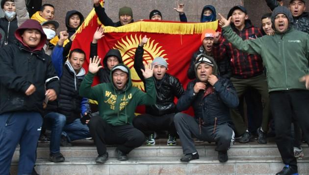 Nach einer von Fälschungen überschatteten Parlamentswahl war es in Kirgistan zu Demonstrationen gekommen. (Bild: AFP)