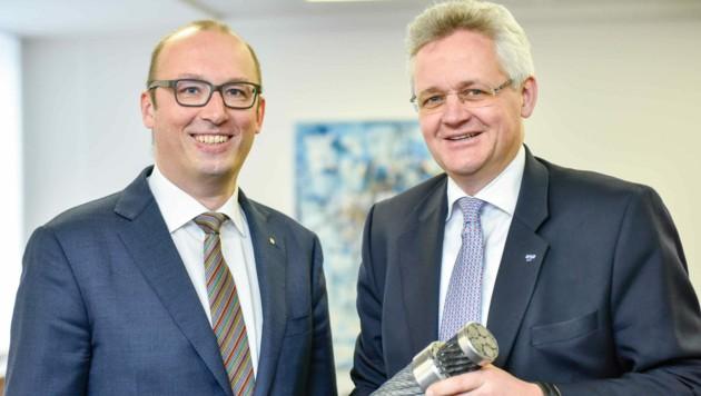 Reinhard Schwendtbauer (l.) mit Florian Teufelberger 2017, als die Invest AG sich an den Welsern beteiligte. (Bild: Markus Wenzel)
