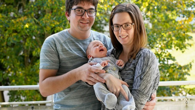 Michael und Nicole G. sind vom Schrecken nach dem Zusammenprall des Klein-Lkw mit Theos Kinderwagen noch gezeichnet, aber überglücklich, dass ihr vier Monate alter Sohn unverletzt geblieben ist. (Bild: gewefoto - Gerhard Wenzel)