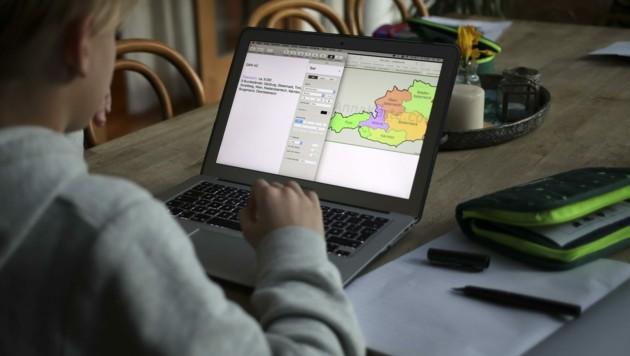 Im Heim-Unterricht ist ein Laptop unverzichtbar: Für kinderreiche Familien eine Belastung. (Bild: Tröster Andreas)