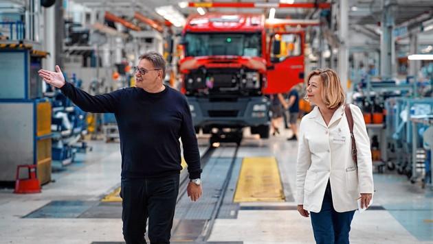 """Stolz führt Erich Schwarz durch die Produktionshalle: """"Niemand kann das besser als wir - und letztlich auch nicht billiger."""" (Bild: Markus Wenzel)"""