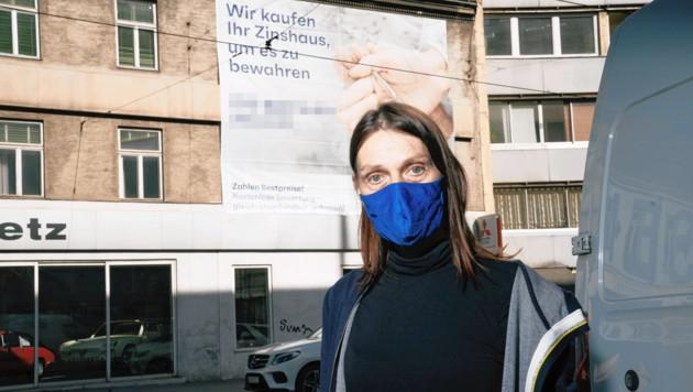 Die Mieterin und das Plakat (Bild: Lukas Beck)