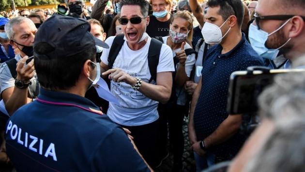 In Italien setzt es bis zu 1000 Euro Strafe, wenn man sich nicht an die Maskenpflicht im Freien hält. (Bild: AFP)