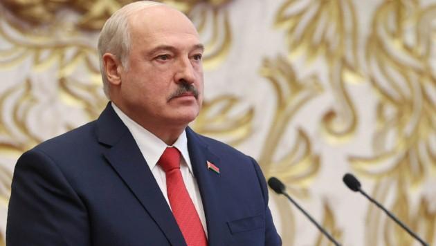 Der weißrussische Präsident Alexander Lukaschenko lässt wieder einmal seine Muskeln spielen. (Bild: AP)