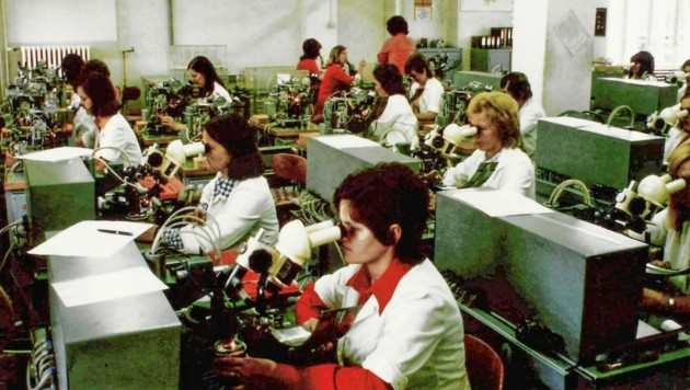 Einige der 24 Mitarbeiter des ersten Diodenwerks in Villach. (Bild: Infineon Austria)