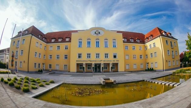 Das eindrucksvolle Amtsgebäude der Bezirkshauptmannschaft Braunau, in der, seit Georg Wojak nicht mehr Chef ist, offenbar zu viel Strenge waltet. (Bild: Pressefoto Scharinger © Daniel Scharinger)
