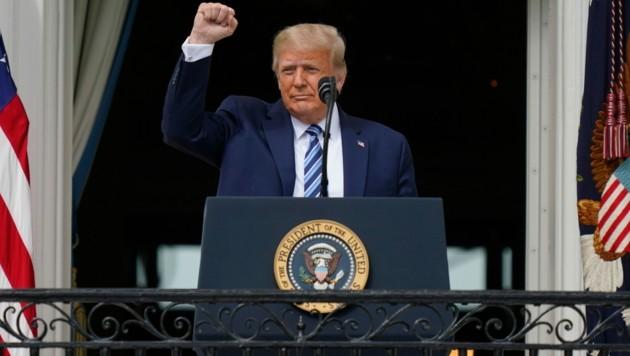Donald Trump sprach am Samstag vom Balkon des Weißen Hauses zu seinen Anhängern. (Bild: Copyright 2020 The Associated Press. All rights reserved.)