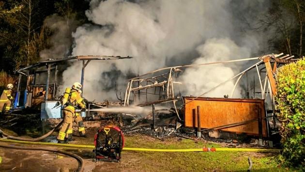 Zwei Wohnwagen brannten bereits aus. (Bild: Markus Tschepp)