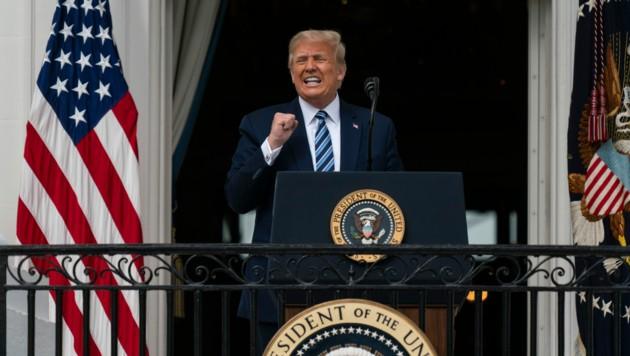 Trump sprach am Samstag auf dem Balkon des Weißen Hauses zu seinen Unterstützern. (Bild: AP)