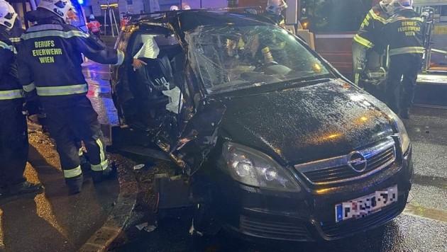 Die Beifahrerin ist am Samstagabend bei einem Verkehrsunfall auf der Hernalser Hauptstraße schwer verletzt worden. (Bild: APA/STADT WIEN/FEUERWEHR)