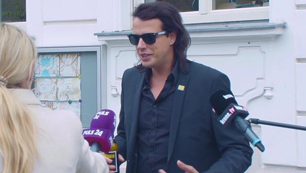 Marco Pogo vor seinem Wahllokal (Bild: krone.tv)