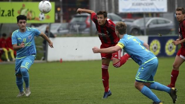 Yannic Fötschl (Mitte) pendelt zwischen 1b und Regionalliga-Mannschaft, hat dort mit 17 heuer schon zweimal getroffen. (Bild: Tröster Andreas)