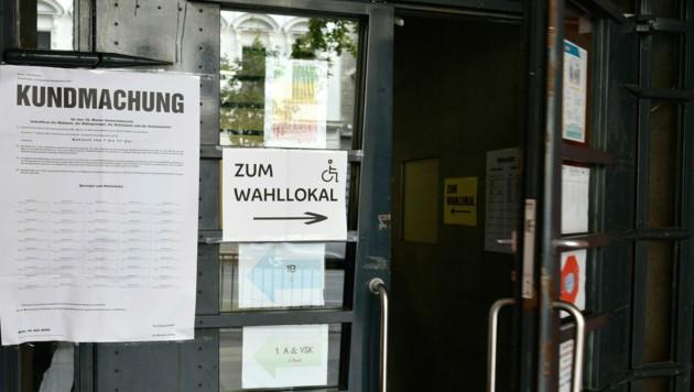 Bei der Wahlbeteiligung gab es einen starken Rückgang, vor allem viele ehemalige FPÖ-Wähler blieben zu Hause. (Bild: APA/ROLAND SCHLAGER)