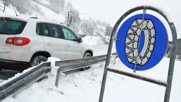 Mehrere Straßen sind wegen des Schneefalles gesperrt, auf anderen Wegen gilt Schneekettenpflicht. (Bild: Kronen Zeitung)