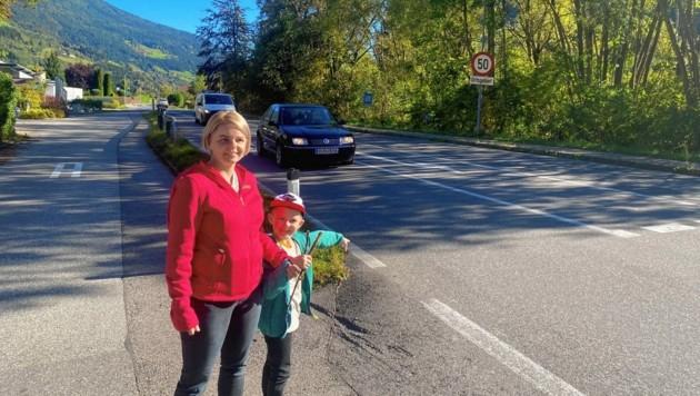 Eva-Maria Hinteregger mit Sohn Adrian vor der gefährlichen Stelle der Milltsätter Straße in Radenthein. (Bild: Elisa Aschbacher)