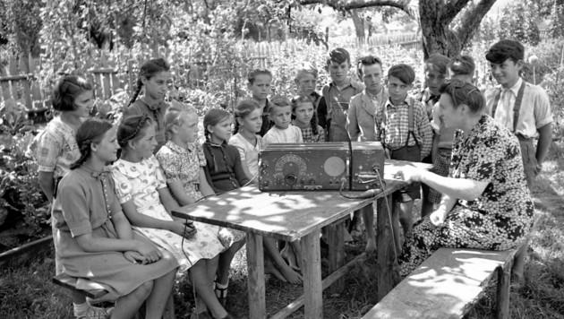 Einblicke in den Alltag der Nachkriegszeit: Kinder beim Radiohören. (Bild: Kärntner Landesarchiv)