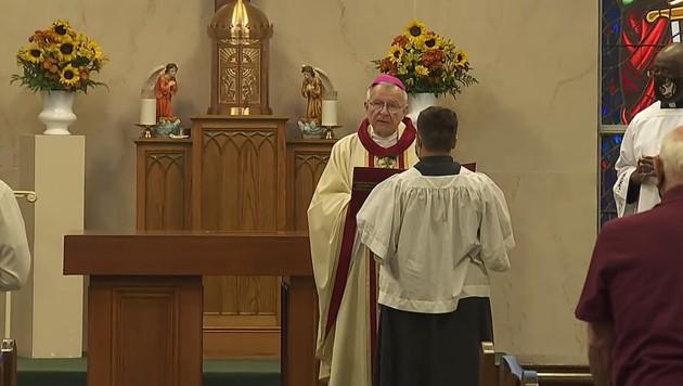 Gregory Aymond, Erzbischof von New Orleans, weihte den neuen Altar. (Bild: youtube.com/WWLTV)