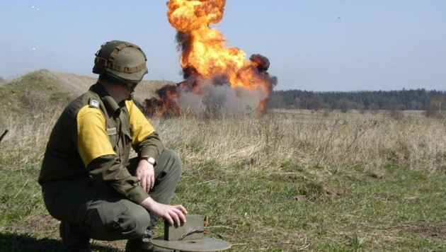 """Aufgefundene Munition wird von den Experten entweder vor Ort entschärft oder abtransportiert. Ist ein Transport zu gefährlich, muss sie in Einzelfällen auch sofort gesprengt werden. """"Üblicherweise werden geborgene Kriegsrelikte aber in regelmäßigen Abständen auf dem Truppenübungsplatz Großmittel in Niederösterreich zur Detonation gebracht"""", erläutert ein Heeressprecher. (Bild: Bundesheer)"""