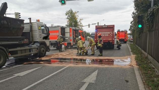 Der Lkw verlor rund 100 Liter Diesel. (Bild: Berufsfeuerwehr Klagenfurt)