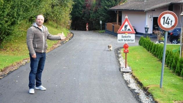 Straßenbaureferent Wriessnig beim Lokalaugenschein in Aich (Bild: VP Bleiburg)