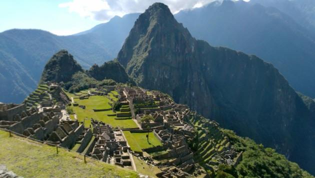 Ein japanischer Tourist machte ganz alleine ein Selfie vor der peruanischen Archäologiestätte Machu Picchu. (Bild: AFP)