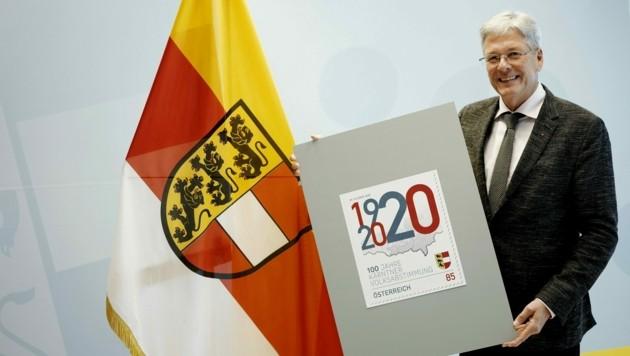 """LH Peter Kaiser mit der Sonderbriefmarke """"100 Jahre Kärntner Volksabstimmung"""". (Bild: Büro LH Kaiser)"""