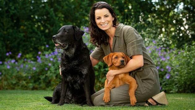 Dagmar Hütthaler mit ihren Labrador-Hunden Noira und Gisi. (Bild: zVg/Christoph Kaltenbacher)
