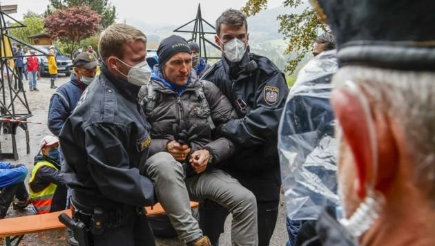 Obmann Franz Fuchsberger befindet sich heute den 17. Tag im Hungerstreik. Auch er ließ sich wegtragen. (Bild: Tschepp Markus)