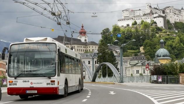 Eine Vanhool-Garnitur, in Salzburger Version mit vier Seitentüren, auf der Karolingerbrücke (Bild: Tschepp Markus)