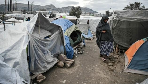 Im Lager von Vial leben gut 3200 Menschen, die das Camp nun vorerst nicht mehr verlassen dürfen. (Bild: AFP)