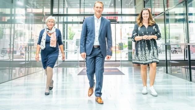 Waltraud Stibernitz (li.) und Veronika Opbacher stehen ab sofort als neue Stellvertreterinnen dem wiedergewählten Gewerbe- und Handwerk-Spartenobmann Franz Jirka zur Seite. (Bild: WKT / Andreas Amplatz)