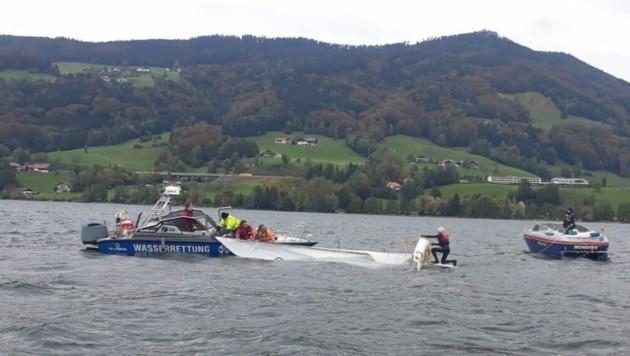 Wasserrettung und Polizei bargen das Segelboot und brachten es gemeinsam mit dem 44-jährigen Besitzer ans Ufer. (Bild: Wasserrettung Mondsee)