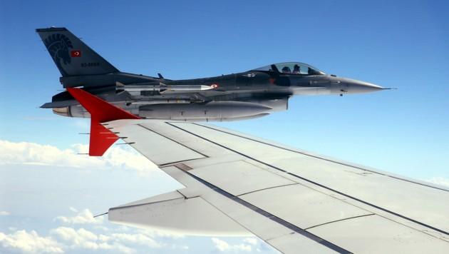 Eine türkische F-16 fliegt neben der Maschine von Staatschef Erdogan. (Bild: AFP)