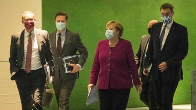 Merkel traf sich mit den 16 Ministerpräsidenten zur Krisensitzung. (Bild: AP)