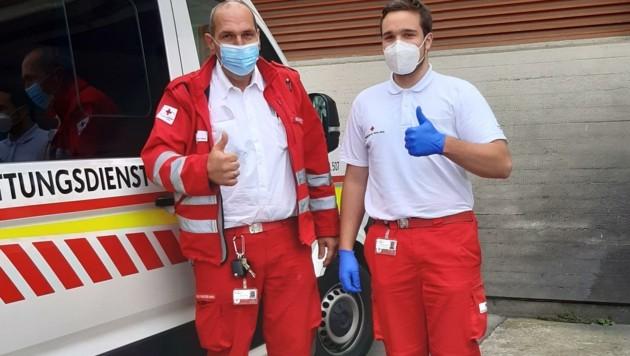 Mario Schmölzer (li.) und Marc Schranz danken dem unbekannten Polizisten, der sie bis ins AKH Wien geleitet hat. (Bild: Rotes Kreuz Burgenland)