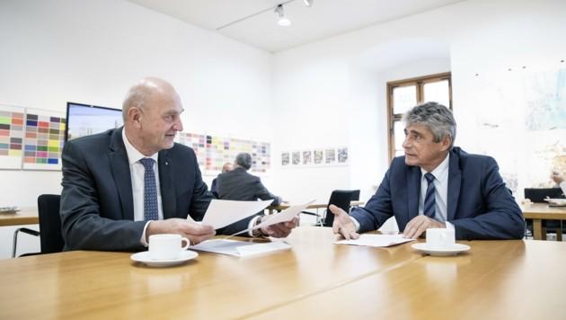 Christian Dörfel (links) und Herwig Mahr beraten Anträge (Bild: Land OÖ / Max Mayrhofer)