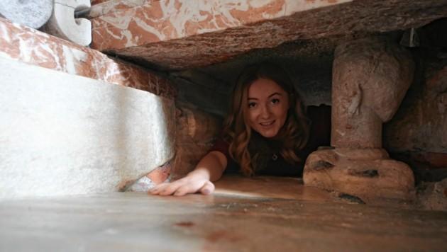Das Kriechen unter dem Hemma-Sarkophag bringt Glück. (Bild: Evelyn HronekKamerawerk)