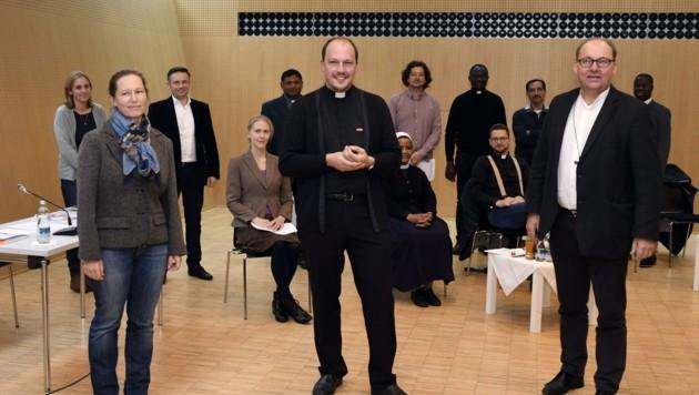 Welthaus-Leiterin Julia Stabentheiner, Pfarrer Johannes Laichner und Bischof Hermann Glettler (v. links) mit Vertretern der Welt-Kirche beim Treffen in Innsbruck. (Bild: Andreas Fischer)